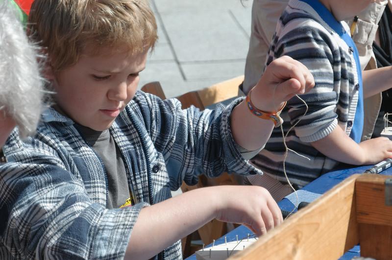 Richard kauft sich einen Bausatz für ein Segelschiff und baute ihn vor Ort gleich zusammen.