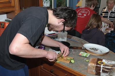 Und Ludwig schneidet Gemüse.