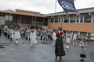 Die Fahnenträgerin und die Tänzer gingen vorran.