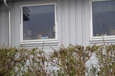 Diese Zuschauer sind wohl gerade aufgewacht und schauen von den Fenstern aus zu.
