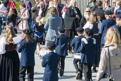 Richard geh]ort zu den erfahrenen Musikern in seinem Korps und musste vorne marschieren. Hinter ihm sind die Kleinsten.