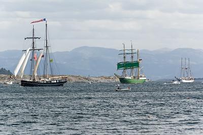 Das Schiff mit den grünen Segeln ist die deutsche Alexander von Humboldt II. Beim letzten Tall Ships Race 2011 war noch der Vorgänger dabei.