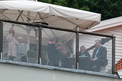 Diese Zuschauer hatten einen tollen Blick von einer Dachterrasse.
