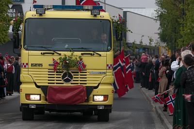 Der Umzug bei uns im Stadteil wird wie immer von der Feuerwehr angeführt. Allerdings dieses Mal von einem modernen Feuerwehrauto.