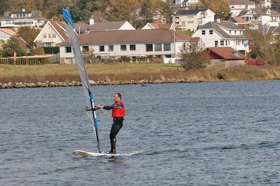 Ein paar Runden für die Gallerie. Danach geht es weiter auf den Hafrsfjord hinaus, wo der Wind besser ist.