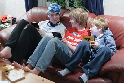 Alle drei Jungs haben jetzt einen Gameboy.