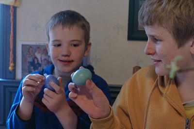 Am Ostersonntag musste natürlich getestet werden, wer das stärkste Ei hat.