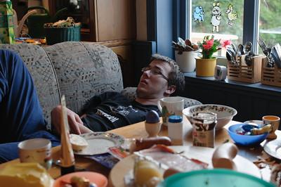 Warum ist Ludwig wohl so müde? Hat er zu lange ferngesehen?