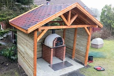 Das Dach über dem Ofen ist fertig! Endlich kann ich auch im Regen backen. Es ist angeheizt für Brötchen und Brot.