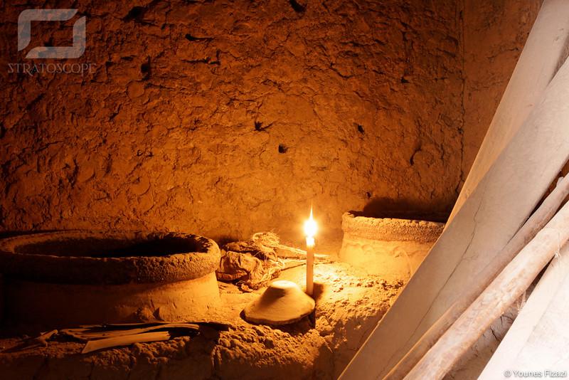 Jarres contenant des dates à l'intérieur d'une habitation, Figuig