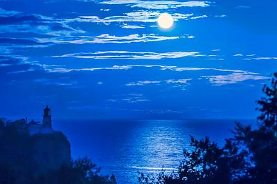 10759 - Full Moon Over Split Rock Lighthouse