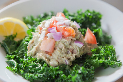 0005_NutritionTwins-avocado-tuna-salad-kale