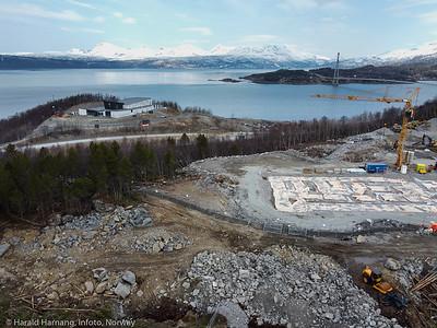 Nye Narvik sykehus på Furumoen. Dronefoto fra Furumoen sykehjem-område. Bak til venstre nytt forsamlingshus for den Læstadianske forsamling. Bak sees også Håloglandsabrua. Foto pr 20. april 2021.