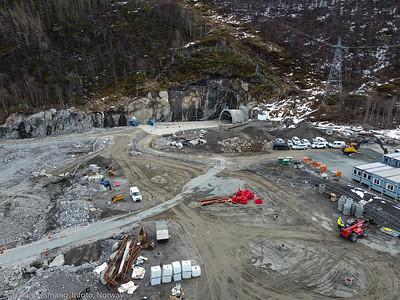 Nye Narvik sykehus på Furumoen, anleggsområde. Dronefoto fra Furumoen sykehjem-område. Midt på tunnell med til E6 sør for Hålogalandsbrua/Karistrand-tunnelen. Foto pr 20. april 2021.