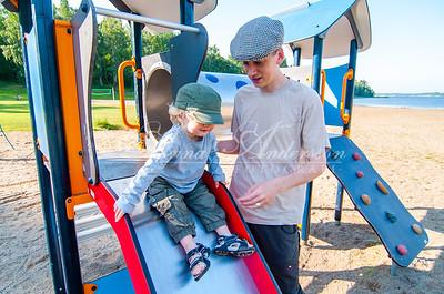 pappa och son leker i lekställning på Nikstabadet
