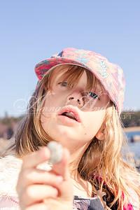 Flicka visar upp en sten