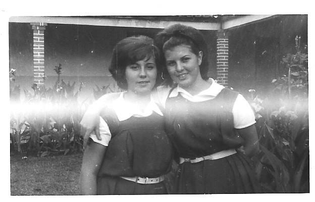 Manuela Teixeira e Né Josefa (5ºAno) no colégio em Silva Porto