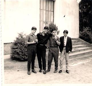 Silva Porto à entrada do refeitório 1967 — Mário Freitas, Francisco Braziel, Carlos Marques e Flau