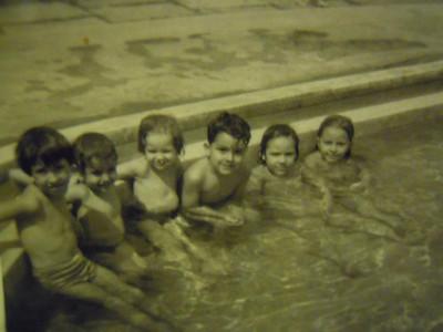 "1963 Piscina pequena em Andrada:  Elsa Rocha; -?-; Ruth; Paulo Pinto das ""Gaiolas""; Teresa Beato e Carla Medeiros."