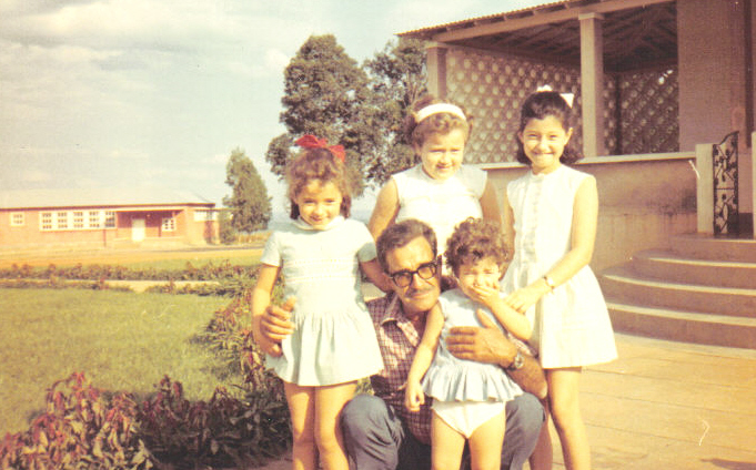 Calonda ( a escola ao fundo): filhas do Medina: Debora', Clarisse, Yolanda e Iracema com o sr.???