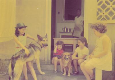 filhas do Medina no quintal Yolanda com o cachorro Dick, Iracema, e Debora' segurando o Lord e a Clarisse