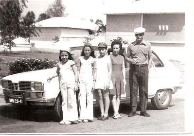 Familia Ermida e o seu Renault 16 Mariza, Letinha, Isabel Ermida e os pais junto ao Renault 16 que os tinha trazido de Luanda até à Diamang em 3 dias