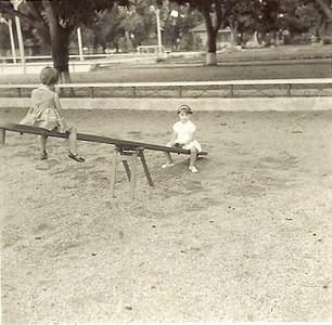 Olinda e Ju Encarnação no parque infantil de Cassanguide