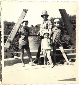 Ponte no Fucaúma Laura Figueiredo e filhos ( Palmira , Chico e Alvaro)