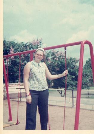 Wanda Rosendo nos baloicos da Casa do Pessoal