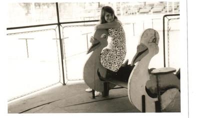 Andrada 1969 Elza no carrocel do parque infantil da Casa do Pessoal