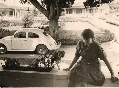 Dundo, Vanda Rosendo sentada no muro da varanda; a casa em frente era da Sara Santos Sernadas Silva, a' esq. casa do António Rocha e da Ni Rocha.