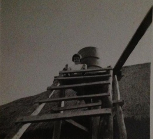 Lena Norberto Guimaraes na prospeccao em cima da escada do deposito de agua