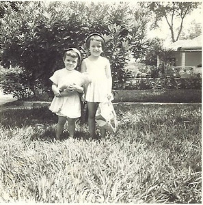 Olinda e Ju Encarnação no jardim de casa em Maludi