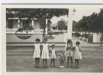 Saurimo em frente a' casa de Trânsito da Diamang:  Anabela e Lina Amieiro, Nando Cerejeira, Carlos Amieiro e as primas Guida e Teresa Cerejeira