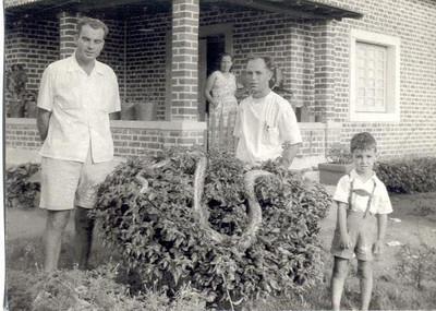 Marco 1955,  Encarnação, Enfº Garrido, centro, esposa e filho com jiboia