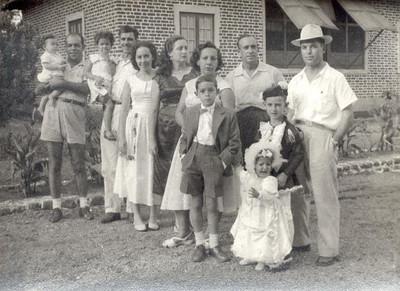 FEV 1957,  Enfº Garrido, frente de chapéu com esposa, filhos. Morgado ao lado do Garrido