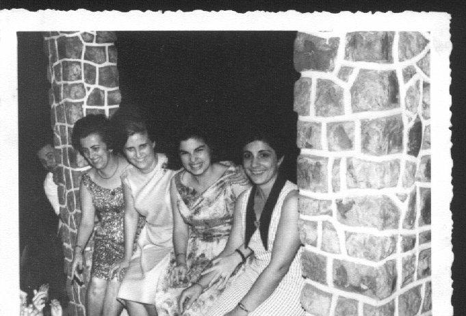 Judite Mendonça, Aurora Tavares, Sra do Brazinha e Graca Pinto Mendonça, a espreitar