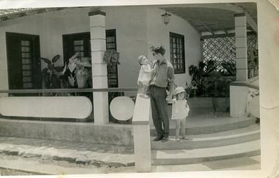 Manuel Oliveira Simões e filhas Helena e Fernanda Simões