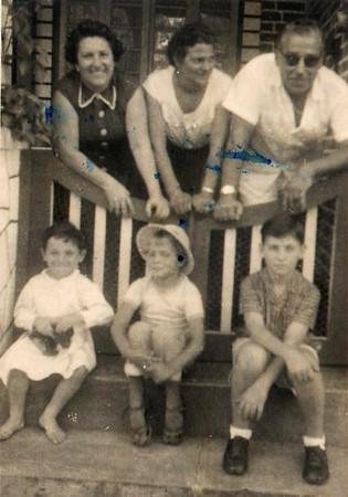 Casa  dos Rosendo no Dundo,   Bia Bastos, Marina Rosendo, Rosendo  em baixo: o Pipas, Vanda Rosendo e o Carlos Alberto Bastos