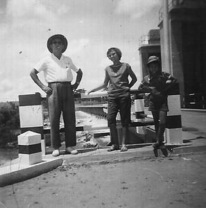 Barragem Dundo Antonio Martins Andre e duas filhas.  (1958)