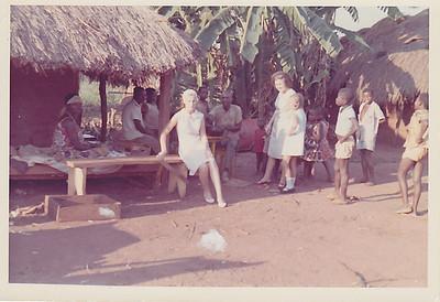 Aldeia perto de Andrada - Fevereiro 1966 Aurora Tavares e filhas Nany e Guida