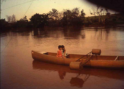 Canoa no rio perto da mina de  Konguimongi