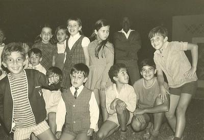 Paula Remondes ( de xadrez e blusa branca) e irmao Paulo Remondes ( de gravata) e???...