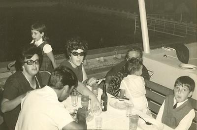 Piscina do Calonda -  À esquerda Isabel Remondes e filha Paula Remondes,, ao meio a Maria do Rosário Martinho (esposa do Armindo Martinho), a senhora de mais idade era a avó dos Remondes (Laura Simões), o homem de costas é o Armindo Martinho e a criança mais pequena é o filho - Rui Martinho, ao lado do Paulo Remondes