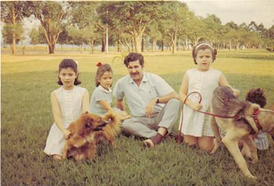 Calonda - Filhas do Medina com Dr. Miranda Barata Yolanda, Débora, Dr. Barata, Clarisse, a Iracema de costas.  O Lord, o cachorro que está com a Yolanda, e o Dick, o cachorro que está com a Clarisse