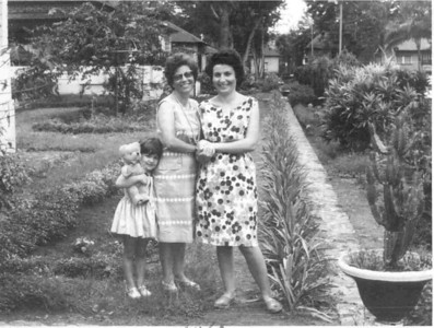 Laureti Saramaga e esposa do Dr. Soares com a filha Maria Teresa