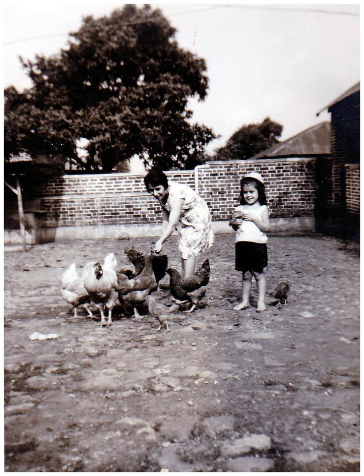 Odete Ermida e filha Isabel no quintal em Andrada