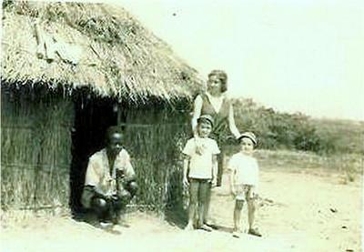Isaura ,mulher do Jorge e os filhos Nelson e Valdemar-1965 -aldeia perto de Cassanguidi