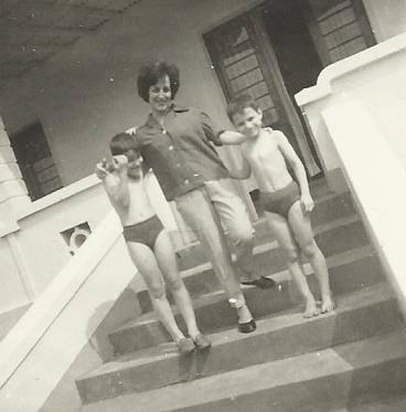 Andrada - Amelia Mendonca a caminho da piscina com os filhos Miguno e Ze' Joao