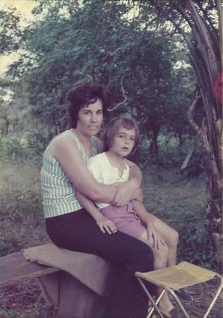 Sra do Redondo e filho Paulo perto do Luachimo